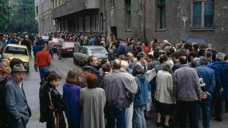 Durante cerco a Sarajevo, ficar na fila para receber alimentos entregues por agências humanitárias significa muitas vezes correr risco de morte