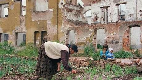 Moradores de Sarajevo tentavam encontrar qualquer pedaço de terra onde pudessem cultivar alimentos durante os 47 meses em que ficaram desconectados do mundo exterior