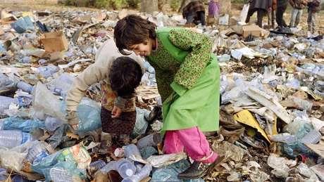 Alguns moradores de Sarajevo tiveram de buscar comida no lixo durante cerco