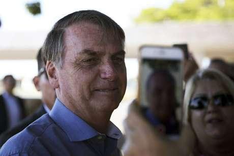 Jair Bolsonaro cumprimenta apoiadores e fala com jornalistas na saída do Alvorada neste sábado, 22