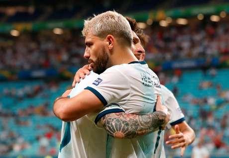 Sergio Aguero comemora gol da Argentina com Messi