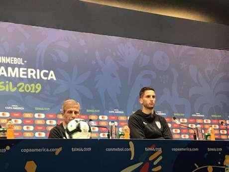 Tabárez e Betancur durante entrevista coletiva no Maracanã (Foto: Luiza Sá)