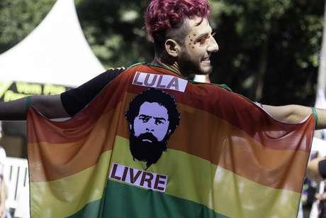"""Manifestantes fazem ato em apoio à """"Lula Livre""""; durante a 23 Parada do Orgulho Gay na Avenida Paulista, região central de São Paulo,  neste  domingo (23)."""