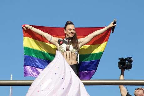 """A cantora Mel C em apresentação na 23ª Parada do orgulho LGBT de São Paulo, em 2019, com o tema """"50 anos de Stonewall: nossas conquistas, nosso orgulho de ser LGBT+"""""""