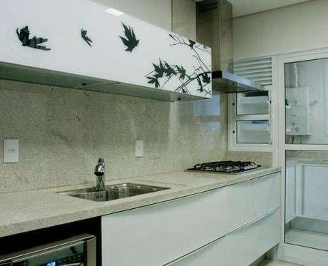 25. Utilizar um revestimento de pedra deixa o ambiente da cozinha compacta mais sofisticado. Projeto de Archdesign Studio