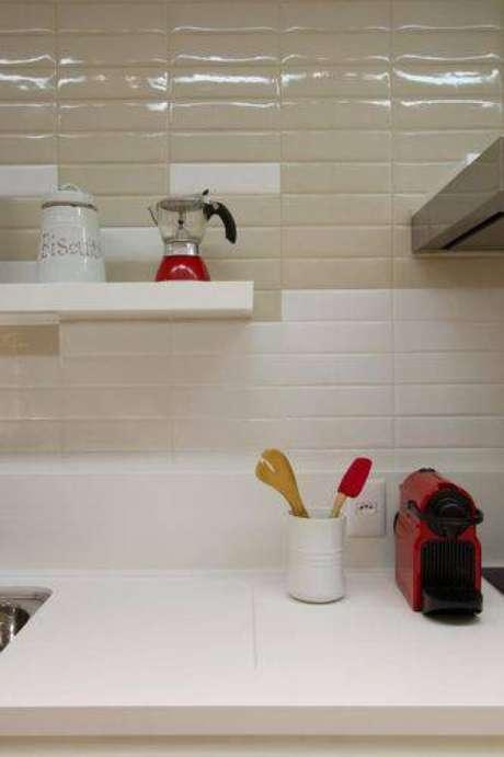 28. Azulejos que imitam tijolinhos são super modernos e perfeitos para dar um charme a mais à cozinha compacta. Projeto de Jacob Cristina Reinert