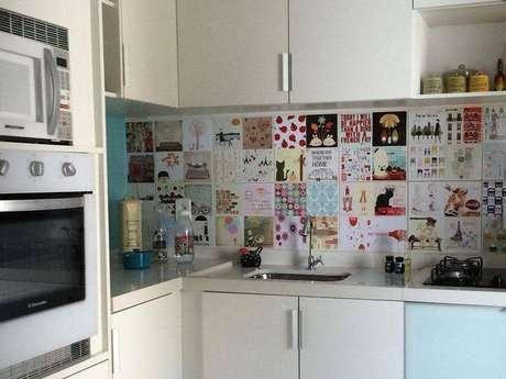 22. Os adesivos nos azulejos desta cozinha compacta deixou o ambiente mais divertido. Projeto de Tati Tanese