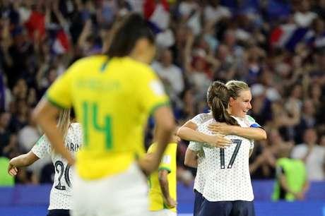 Francesa Amandine Henry comemora com companheiras a vitória da França sobre o Brasil nas oitavas de final da Copa feminina