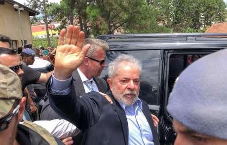 O ex-presidente Luiz Inácio Lula da Silva quando deixou a cadeia para comparecer ao velório do neto