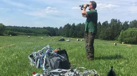 Agente florestal ao lado de destroços após colisão entre dois caças Eurofighter na Alemanha 24/06/2019 REUTERS/Petra Konermann/Nordkurier