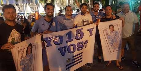 O engenheiro Agustin Romano (de camisa azul, segurando a faixa) veio de Montevidéo com amigos e aposta numa final da Copa América entre Uruguai e Brasil