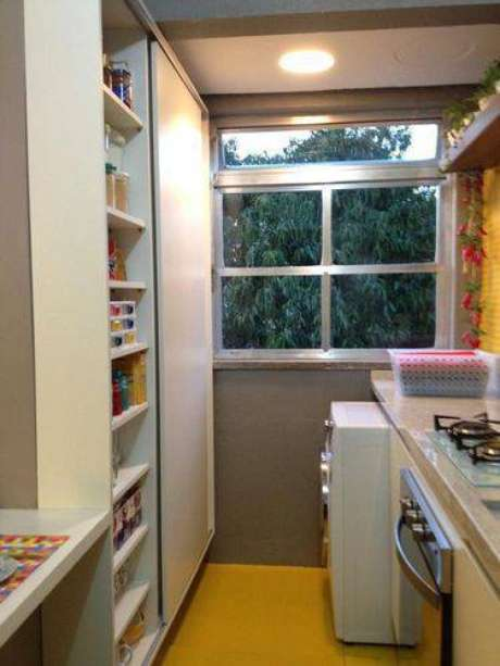 31. Se sua cozinha for bem pequena, invista em armários com porta de correr para poupar espaço. Projeto de Ambientta