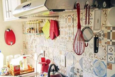 23. Ladrilho hidráulico é perfeito para deixar a cozinha compacta com um estilo diferente. Projeto de Casa Aberta