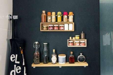 24. Este projeto de Casa Aberta usa nichos e prateleiras para a organização de cozinha compacta