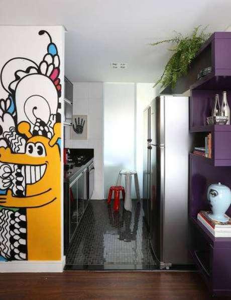 32. Cozinha compacta com revestimento do piso espelhado. Projeto de Abreu Borges