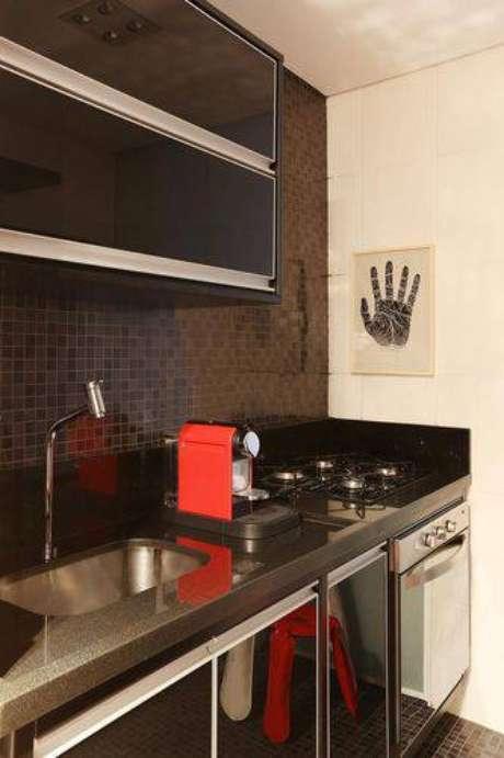 29. Você pode utilizar tons mais escuros na cozinha compacta, mas com cuidado para não acabarcom a impressão de um ambiente ainda menor. Projeto de Abreu Borges