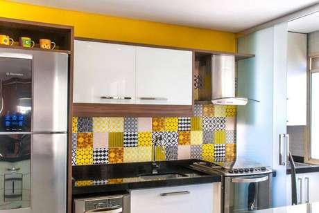 39. Cozinha compacta com revestimento de ladrilhos amarelos. Projeto de Milena Aguiar