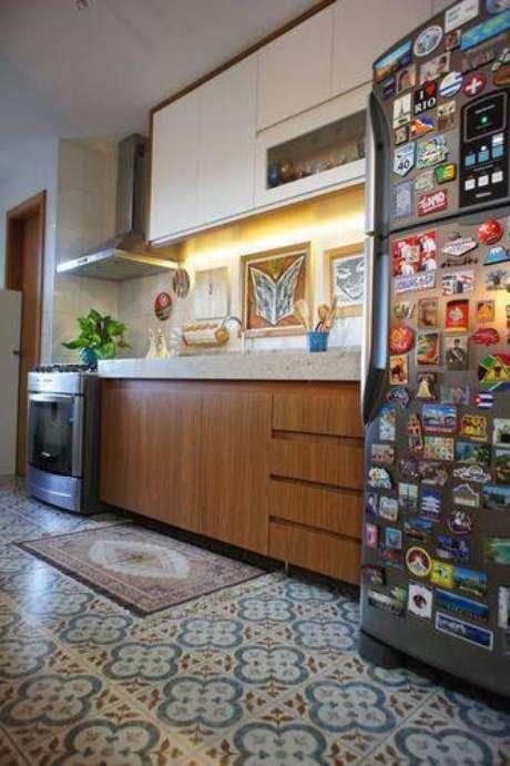 30. Uma iluminação na bancada fica perfeita para cozinhas de qualquer tamanho. Projeto de Estúdio Ferdi