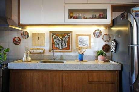 40. Cozinha compacta com iluminação acima da pia, criando um belo efeito visual. Projeto de Estúdio Ferdi