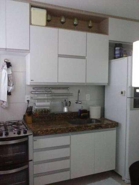 36. Bancada de granito na cozinha compacta possui um ótimo custo benefício. Projeto de Cidma Madik Correia Dutra