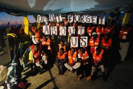 Migrantes a bordo do navio Sea Watch 3
