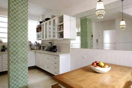 16. O uso de espelhos em cozinha compacta pode dar maior impressão de amplitude ao ambiente e ajudar na iluminação. Projeto de Simone Collet