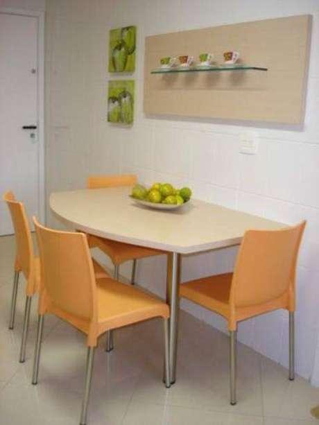 37. Use uma mesa adequada ao tamanho da cozinha compacta para otimizar o espaço. Projeto de Sueli Porwjan