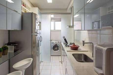 42. Cozinha compacta com decoração clean e lavanderia discreta. Projeto de Karla Amaral Madrilis