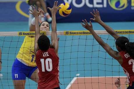 Tandara no ataque pela Seleção (Alexandre Loureiro/Inovafoto/CBV)