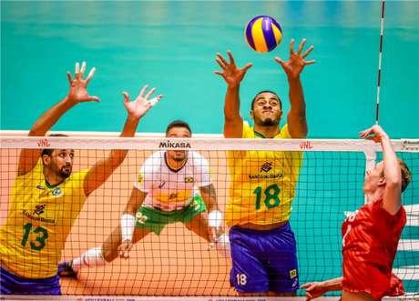 Tentativa de bloqueio de Lucarelli e Maurício Souza (FIVB Divulgação)