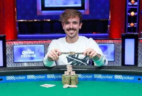Yuri Martins mostra o objeto de desejo de todo jogador de pôquer: um bracelete da WSOP