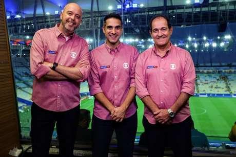 Os comentaristas Alex Escobar e Muricy Ramalho, na companhia de Gustavo Villani (Foto: Globo/ João Miguel Júnior)