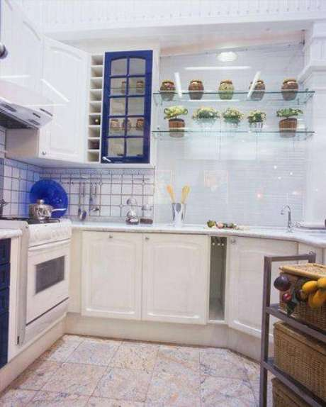 44. Cozinha compacta totalmente planejada com o espaço otimizado. Projeto de Ana Luisa Previde