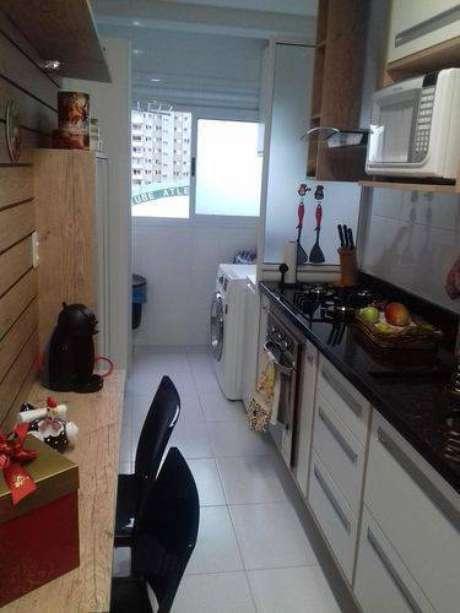 45. Cozinha compacta com detalhes em madeira. Projeto de Rachel Orodeschi