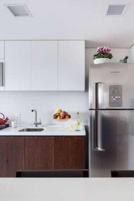 46. Cozinha compacta com decoração neutra com base branca e madeira. Projeto de 0 e 1 Arquitetos