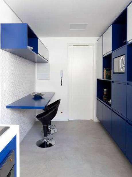 48. A cozinha compacta pode ter balcão com banquetas para refeições. Projeto de Tria Arquitetura