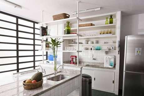 """49. A cozinha compacta pode ter armários abertos, garantindo mais estilo ao ambiente e """"salvando"""" um pouco de espaço. Projeto de Antônio Ferreira Júnior e Mário Celso Bernardes"""