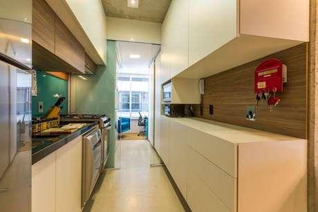 20. Cozinha compacta do tipo corredor com home office no final. Projeto de By Arq Design
