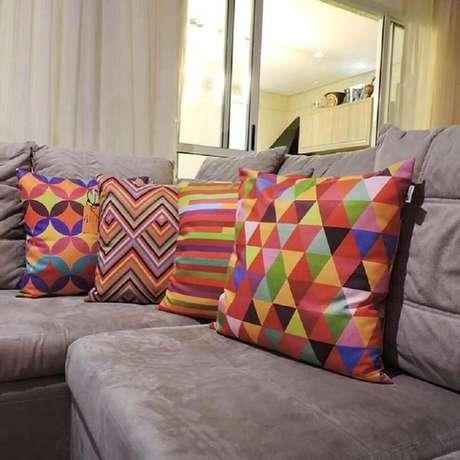 8. Utilize almofadas coloridas para mudar a decoração de sua casa – Foto: Pop Art Design