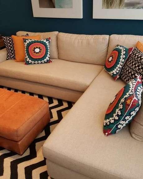 10. Invista em capas de almofadas coloridas para sempre renovar a decoração do ambiente – Foto: Fatima de Faria