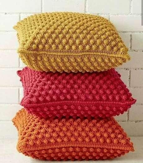 5. As capas para almofadas coloridas de crochê são clássicas e combinam com diversos estilos de decoração – Foto: Pinterest