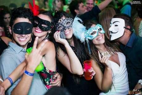 52. Distribua máscaras para os convidados se divertirem na festa a fantasia! – Por: Baile de máscaras