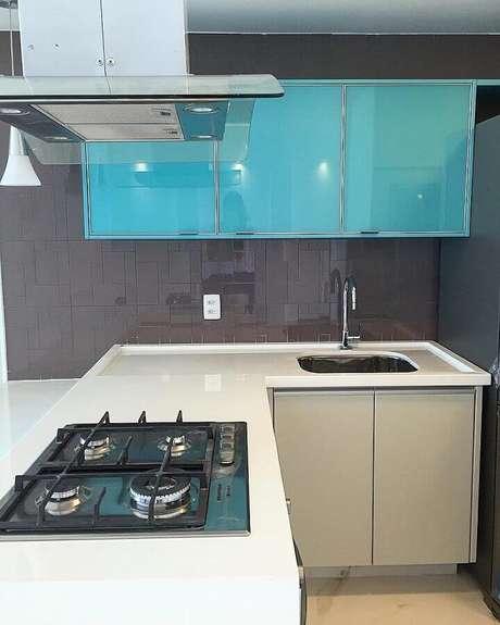 56. Decoração com armário de cozinha compacta azul e balcão branco planejado