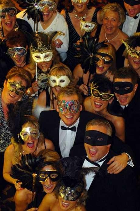11. Em festa à fantasia com o tema Baile de máscaras, distribua máscaras para todos os convidados usarem durante a festa. O resultado é incrível! – Por: Pinterest