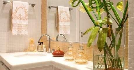 13. Banheiro decorado e energizado com bambu da sorte. Fonte: Mobilidea Multimarcas