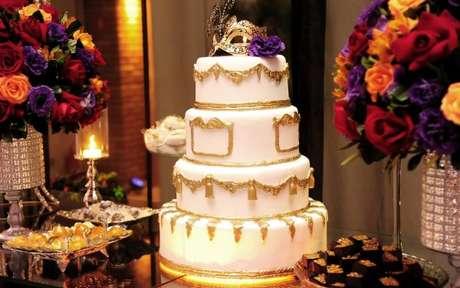 16. Escolha o bolo para festa à fantasia que combine com a sua temática. Caso a festa não tenha tema, use a máscara para caracterizar o bolo. – Por: Le grand vie