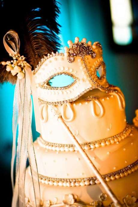 1. Bolo para festa à fantasia com máscaras e plumas – Por: Pinterest