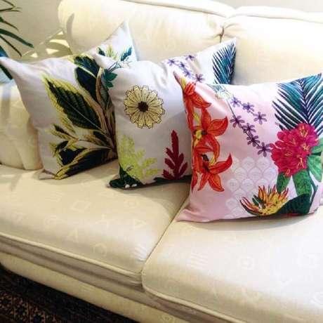16. Invista em vários modelos diferentes de capas para almofadas coloridas e renove sempre a decoração do seu lar – Foto: Juliana Curi Desing