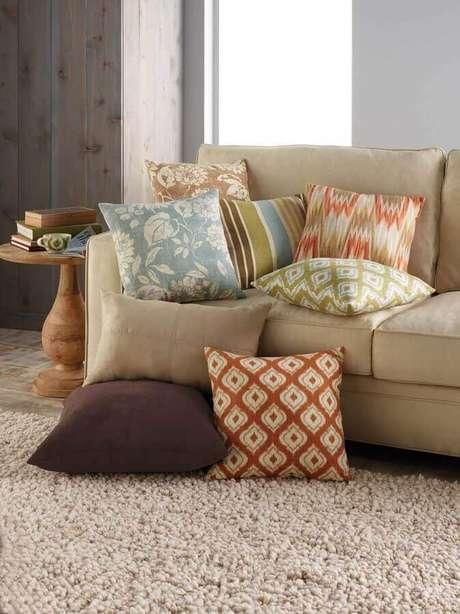 14. Decoração em tons neutros com almofadas coloridas e estampadas – Foto: AirFreshener