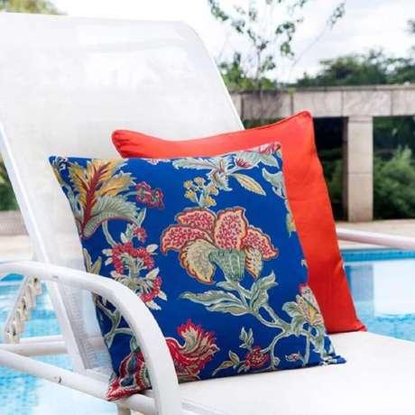 17. Capas de almofadas coloridas para área externa com piscina – Foto: Pri San Martin